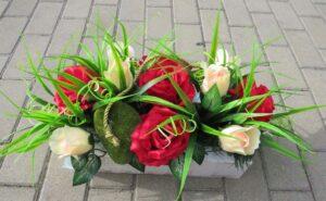 Stroik ze sztucznych kwiatów